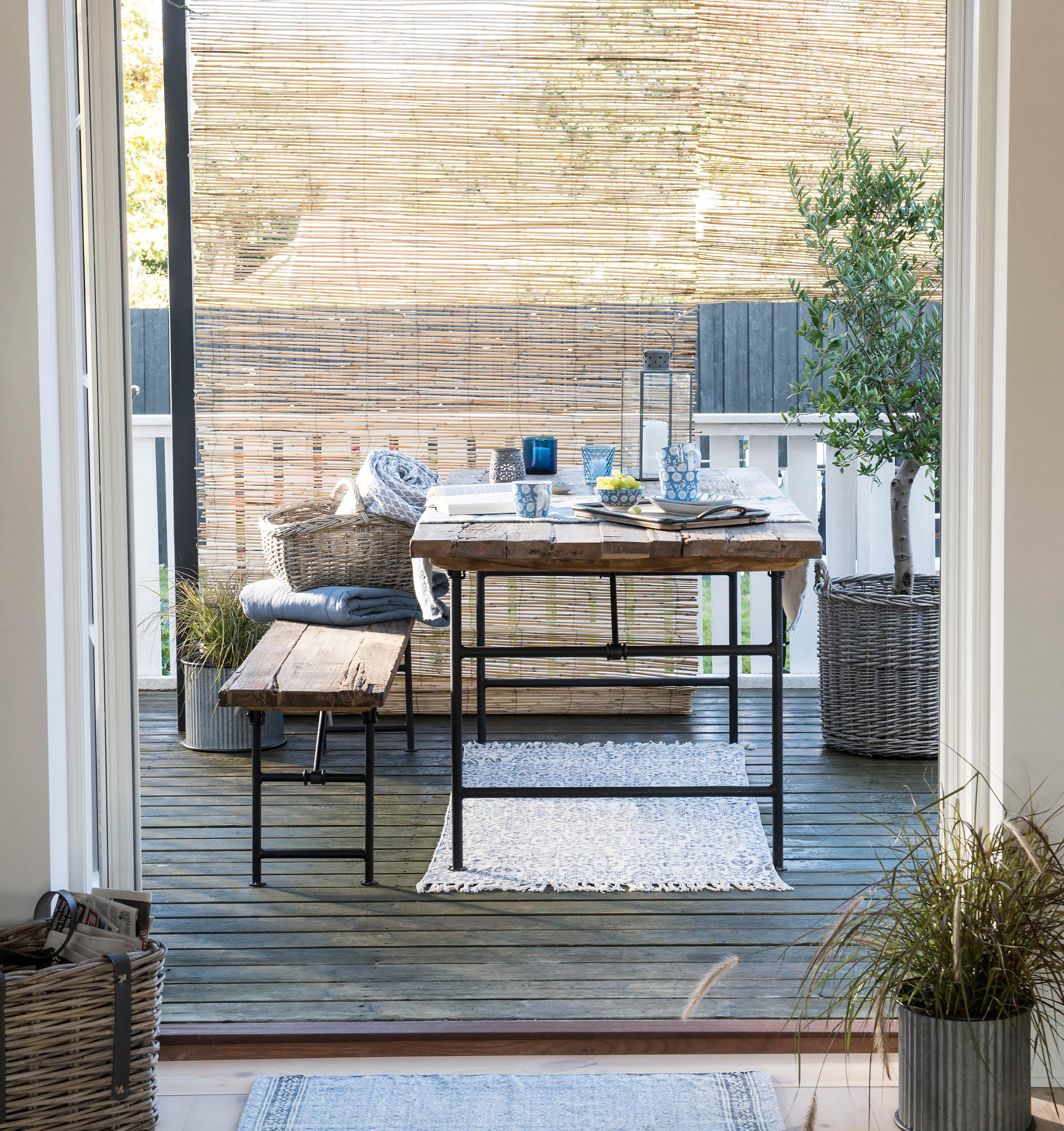 Blau-Weiß in Kombination mit Holz und Korb überzeugt durch seinen natürlichen Charm -typisch hoher Norden.